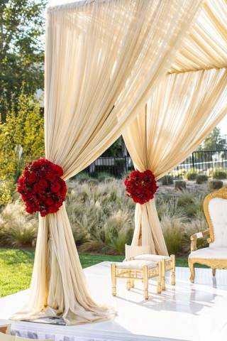 Curtain holders made from rose bouquets